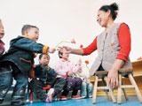 """湖南残疾""""板凳妈妈""""许月华:37年带大138孤儿"""