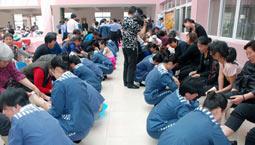 郑州监狱母亲节服刑女犯为母亲下跪忏悔